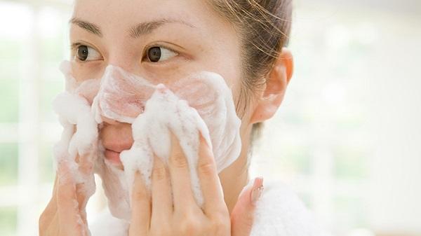 Rửa mặt thường xuyên gây hại da